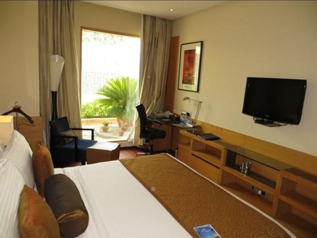 Фото The Radisson Blu Marina Hotel Индия