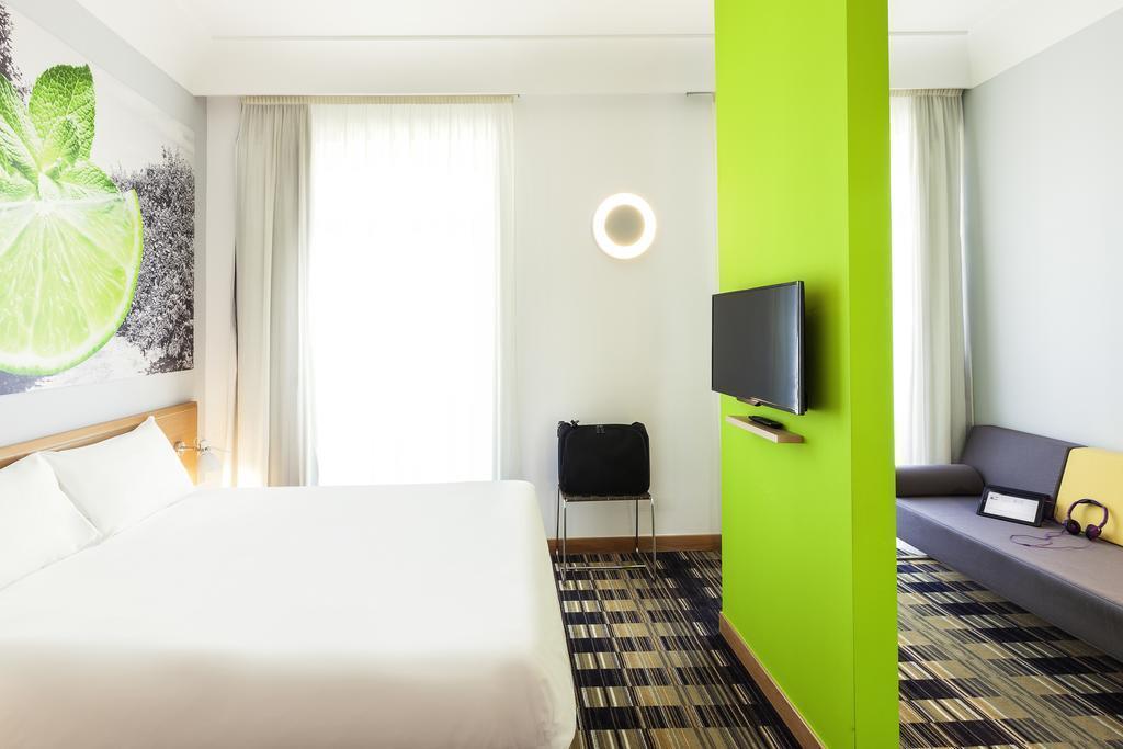 Фото Hotel Ibis Styles Napoli Garibaldi Италия Неаполь