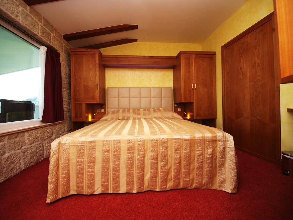 Отель Villa Dvor Hotel Омиш Pивьера